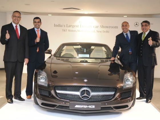 Mercedes and dealer officials posing with the SLS AMG