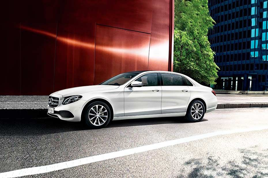 Front 1/4 left Image of E-Class